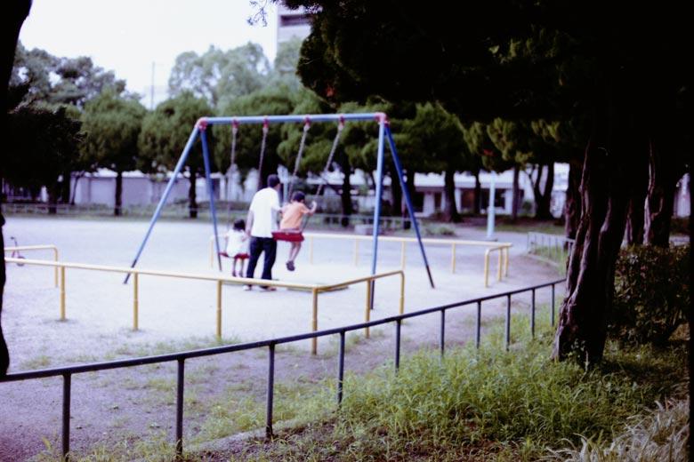 ブランコで遊ぶ親子