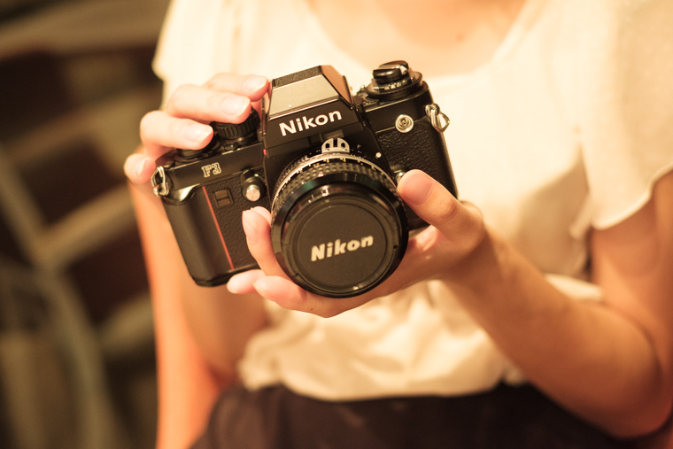 Nikon F3を持って喋る野崎梨奈