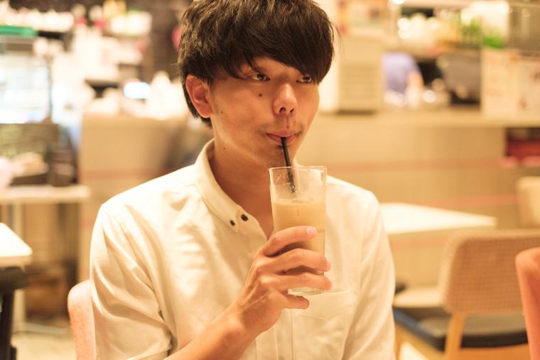 カフェラテを飲む小野友暉