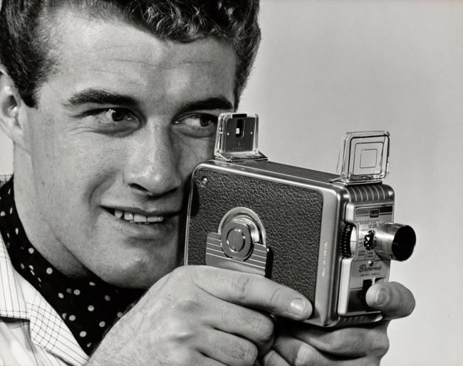8ミリフィルムカメラを持つ外国人のおじさん