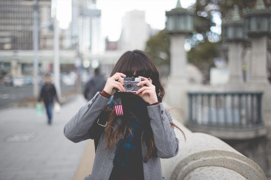 フィルムカメラを構える女の子